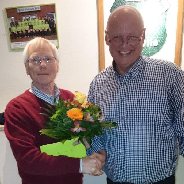 Wilhelm Buhl dankt Franz Heidemann für seine langjährige Vereinsarbeit